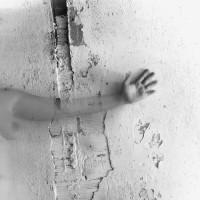 Esta pieza nos lleva a la percepción que vamos adquiriendo en diálogo con afecciones que dañan las funciones osteomusculares. Se establece un juego a través de la fotografía que nos lleva a no percibir como nuestras algunas de las partes del propio cuerpo. Molde no reconocido en sí mismo, cuerpo insertado en sí mismo, cuerpo desertado en sí mismo.
