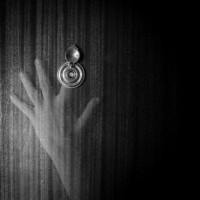 Esta imagen nos sitúa en la importancia que adquieren las yemas de los dedos a la hora de ver y mirar, a través de de ese movimiento del tocar (touch) digital en las nuevas tecnologías La capacidad que adquiere el cuerpo a la hora de visualizar desde lo táctil nos habla de los nuevos espacios que habitan en internet y de cómo se establecen nuevas formas de jerarquización y visibilización.