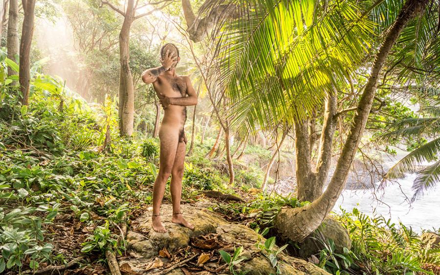 Con un Coco en la cara y dos colgando entre las piernas (no soy hombre de verdad) Autorretrato, Colombia 2015