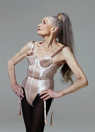 La modelo Daphne Selfe en un diseño de Jean Paul Gautier