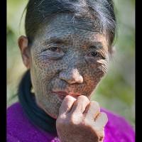 Ngaya Chin (Daai). Mujer con cara tatuada, Kanpetlet, Myanmar