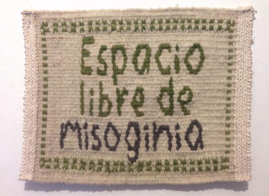 Fig. 1 'Espacio libre de misoginia', tejido a mano con lana sobre urdimbre de algodón. Mide 37 x 45 cm