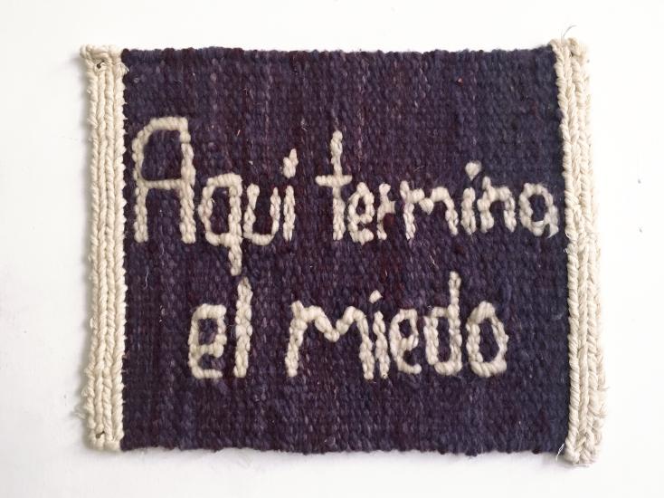 ig. 2 'Aquí termina el miedo' tejido a mano con lana sobre urdimbre de algodón. Mide 33x 26.5